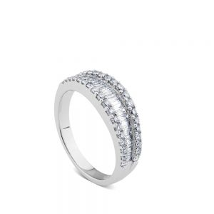 Anillo media alianza de oro blanco y diamantes talla baguette en carril de diamantes
